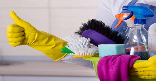 عاملات تنظيف بالساعة في الشارقة